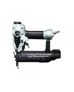 Hitachi NT50AE2 fissatrice groppinatrice pneumatica. Pressione d'esercizio 5 - 8,5 bar. Attacco 1/4. Comando di sparo antiscivolo. Capacità di carico 100 groppini. Regolazione della profondità di sparo senza uso di spara groppini. Misura 18 gauge. Groppin