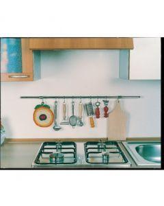 Kit di sotto pensili da cucina. Munito di ganci. Cromato. Lunghezza 100 cm. Composto da: 1 tubo diametro 16 mm; 2 terminali; 2 supporti a parete; 6 ganci a S. Disponibile in 3 finiture: cromato, nichel satinato, ottonato (scegli dalle opzioni in basso).